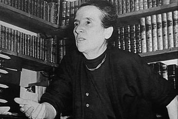 christine dans sa bibliotheque lors dune interview