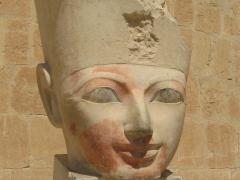 tete d une statue se trouvant au temple d hatchepsout deir el bahari egypte