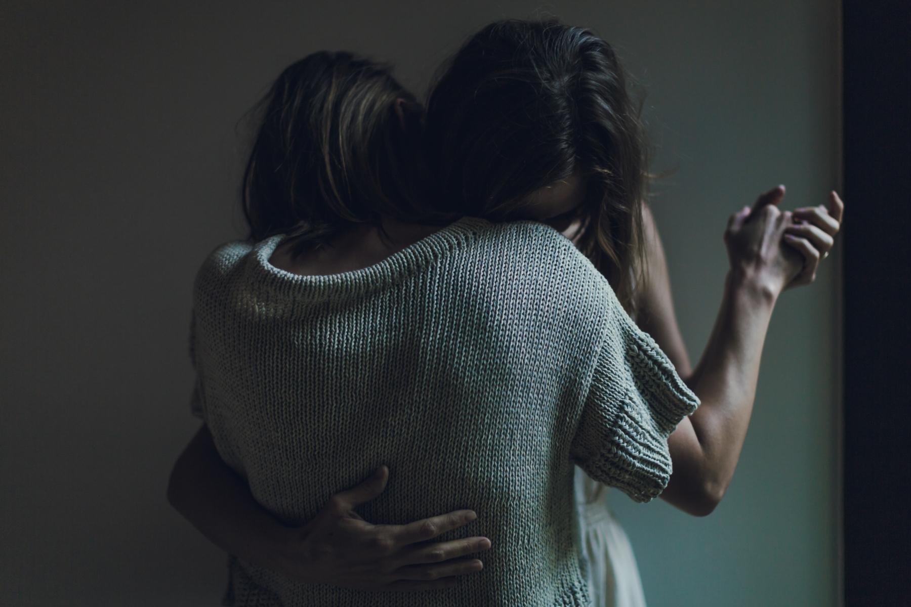 Rencontre lesbienne dans l'obscurité